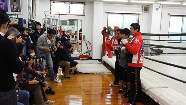 (左)花形進会長 (中央)大平剛選手 (右)伊藤トレーナー