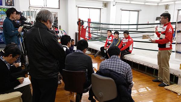 (左から)花形進会長、大平剛選手、伊藤トレーナー、南マネージャー