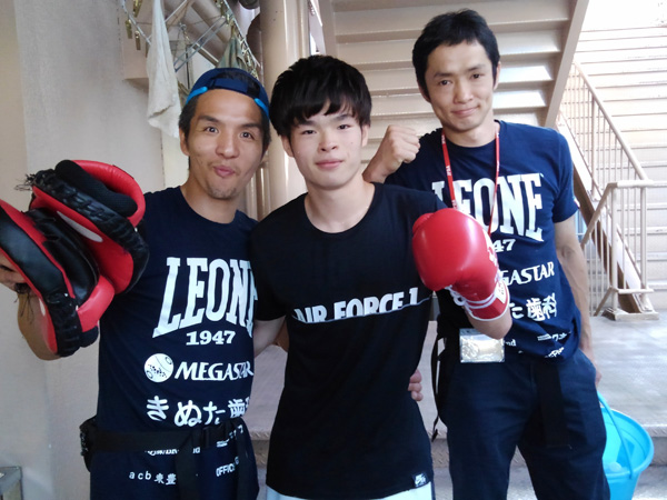 試合前の様子 (左)木村トレーナー (中央)小笠原証 (右)菊井トレーナー